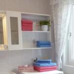 Badezimmer mit Fenster und Dusche