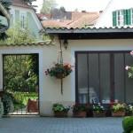 Gartenzugang, Pelargonien und Oleander